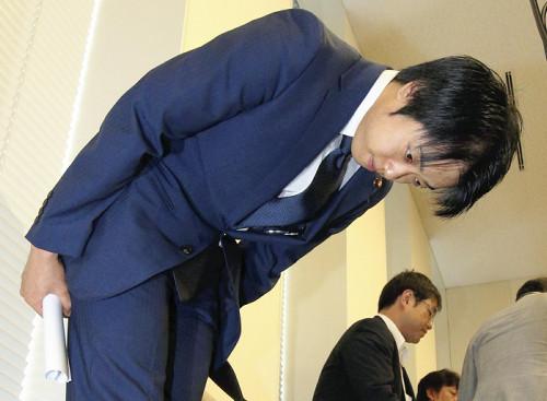 武藤貴也議員の謝罪写真