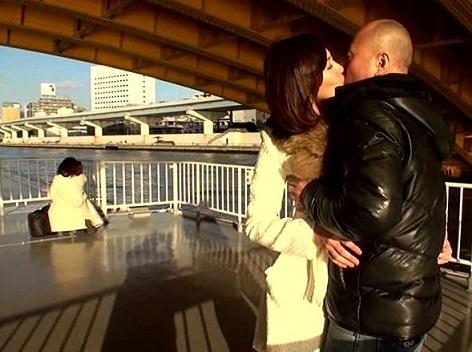 水上バスでキス