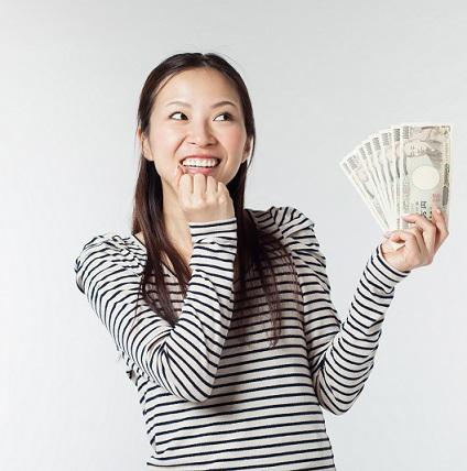 お金を持って笑う女