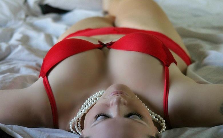 ベッドに横たわる金髪美女